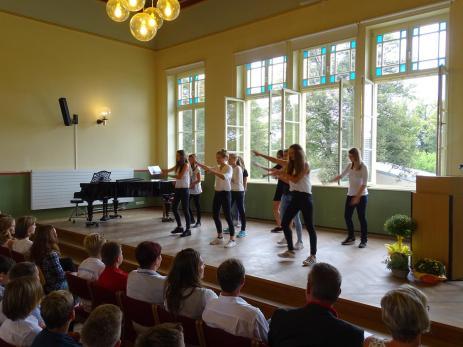 Die Mädels der Klasse 8.2 mit ihrer Tanzeinlage.