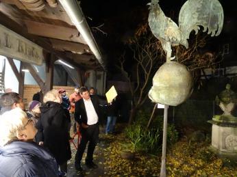 Museumsleiter Frank Riedel präsentiert die ehemalige durch den Brand stark zerstörte Kirchturmspitze