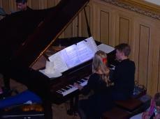 Die Geschwister Theresa und Jeremias Telschow musizieren vierhändig am Klavier
