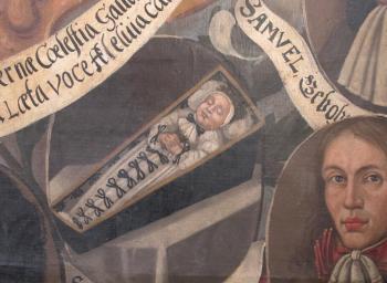 Sargporträt für einen 1664 verstorbenen Säugling mit Totenkrone. Ausschnitt aus dem Gedächtnisbild der Familie Hasse von 1687, SRM Perleberg (Copy)